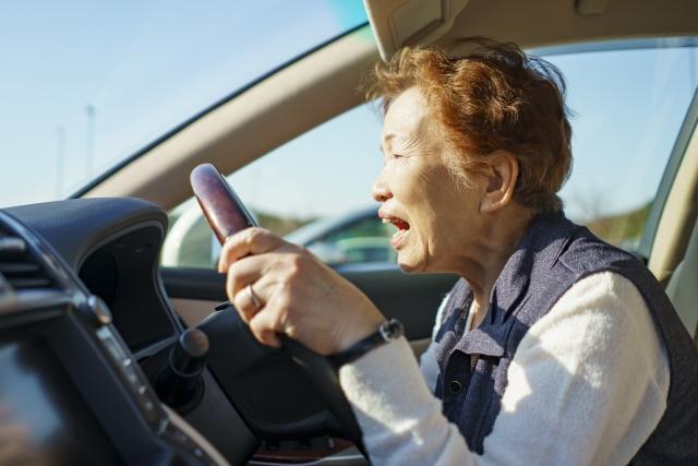 股関節が原因で車の踏み間違え事故多発?